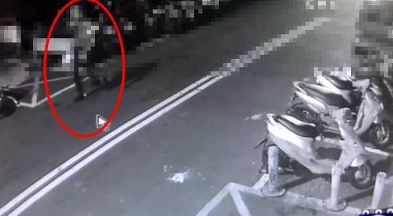 警方發現,黃男不勝酒力醉倒路旁身上又滿是血跡,嚇壞路人趕緊報警,將他送醫治療。(圖/翻攝畫面)
