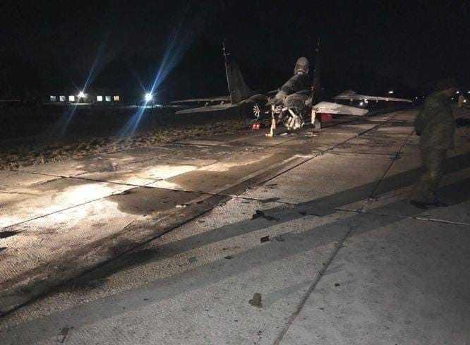 米格戰機因為車禍產生嚴重的毀損。(圖/翻攝自推特)