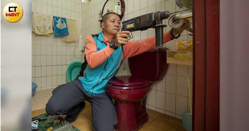 除了在食物銀行當志工,黃振郎還經常利用下班時間到獨居老人家中安裝扶手。(圖/宋岱融攝)