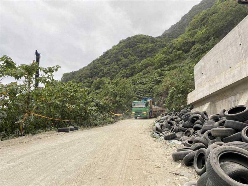 事發工地旁放有大量的廢棄輪胎。(圖/中國時報羅亦晽翻攝)