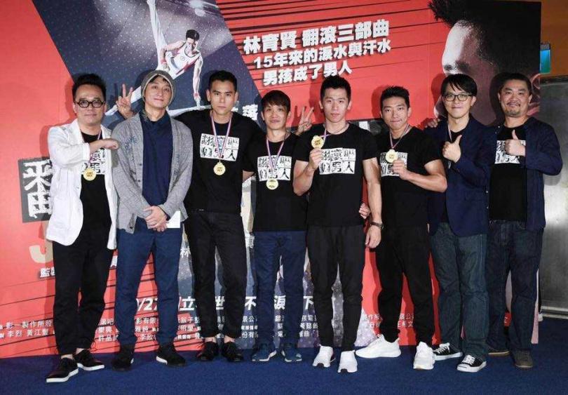 林育信的弟弟林育賢,將他的故事翻拍成電影,左三為男主角彭于晏。(圖/李智凱 Chih Kai Lee粉專)