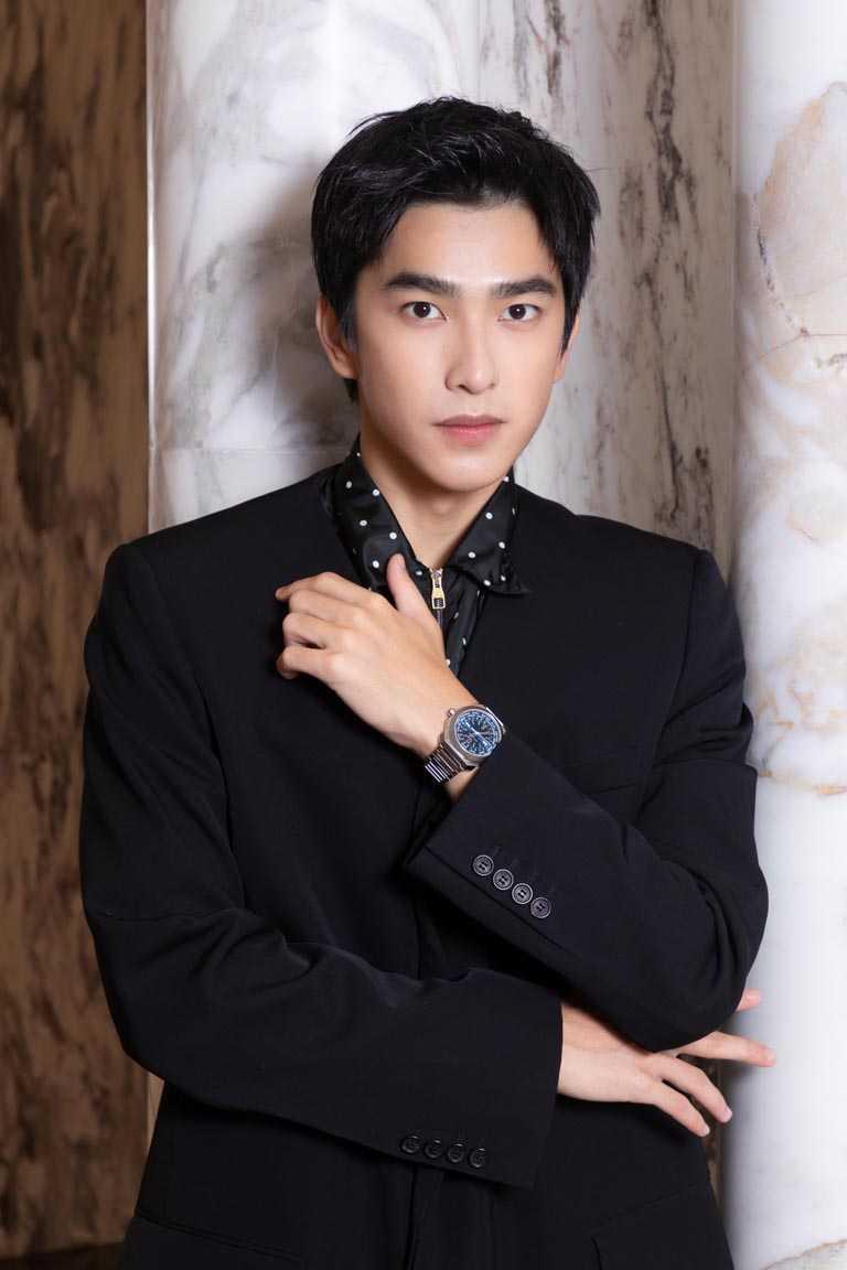 新生代演員曾敬驊,佩戴BVLGARI「Octo Roma Worldtimer」世界時區腕錶精鋼藍面款,為整體造型增添成熟男性韻味。(圖╱BVLGARI提供)
