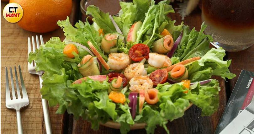 「清Salad」以隨時令調整的蔬菜搭配煙燻鮭魚、炙燒蝦仁,讓味蕾得以清爽。(230元,圖/于魯光攝)