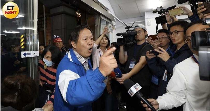 有支持者不滿開票結果,在黨部前咆哮,痛罵國民黨乾脆關掉算了。(圖/宋岱融攝影)