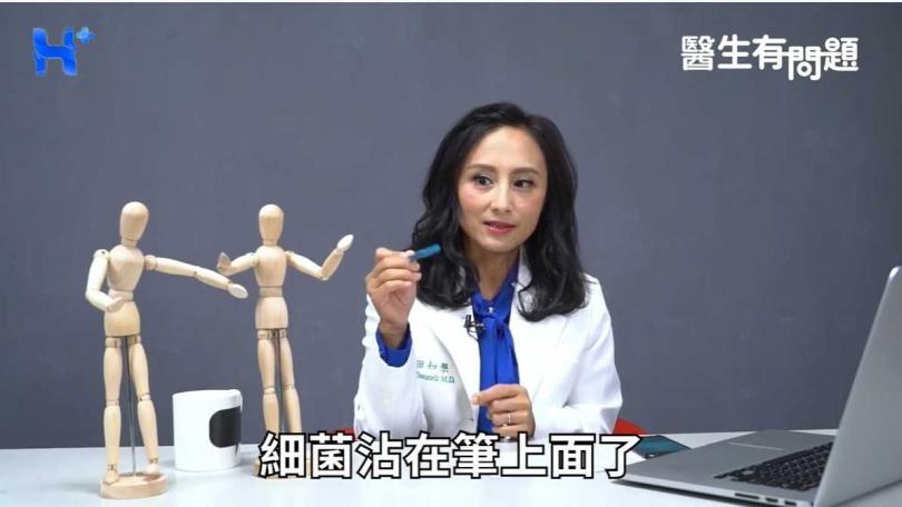 田知學醫師教育大眾正確按電梯的方式。(圖/翻攝自YouTube)