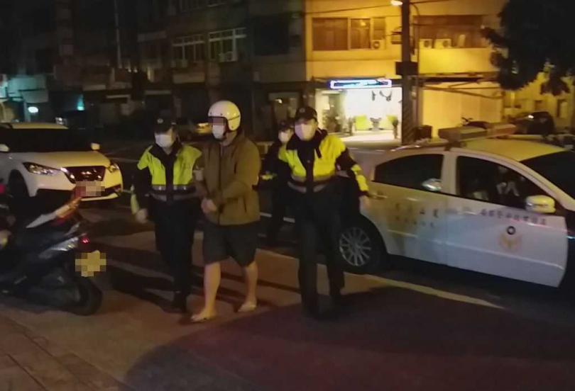 因為投資直銷引發債務糾紛,發生傷人案件,警方1小時內找到行兇嫌犯火速將他逮捕到案。(圖/翻攝畫面)