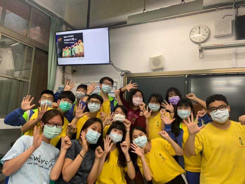 武陵高中校長宣布提早50分鐘放學,慶祝5天0確診。(圖/翻攝自林煥周臉書)