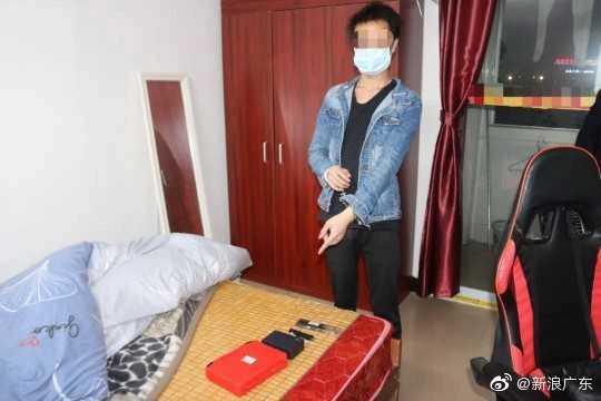 警方在男子房內找出許多作案工具。(圖/翻攝自微博/新浪廣東)