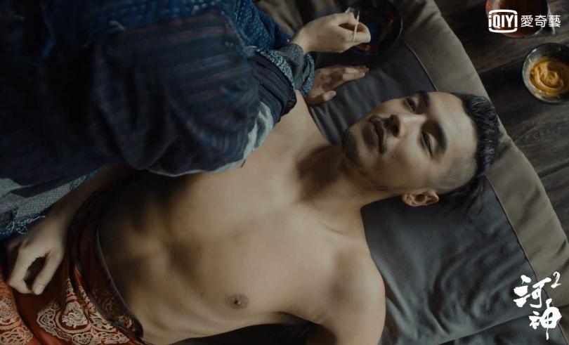 王紫璇爬上床跨坐在金世佳身上為他畫畫放閃。(圖/愛奇藝台灣站提供)