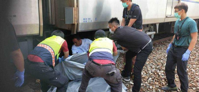 台鐵彰化田中站今天上午發生一名婦女在北上月台跌落軌道,慘遭剛進站區間車當場輾斃。(圖/民眾提供)