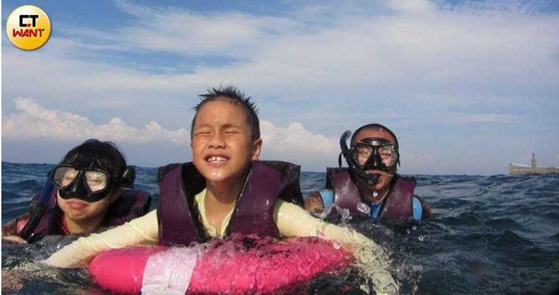周軒瑋的雙親並沒有因為他眼盲而讓他足不出戶,反而帶他到處遊玩,甚至還到小琉球潛水。(圖/讀者提供)