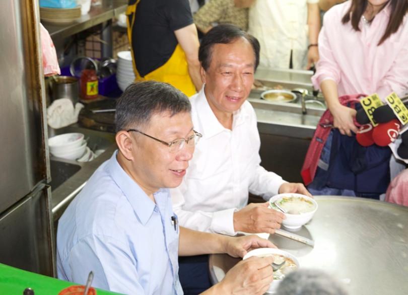郭台銘、柯文哲上周「同框」參拜完城隍廟後,還一起吃米粉湯,當時雙方互動良好。(圖/黃耀徵攝影)