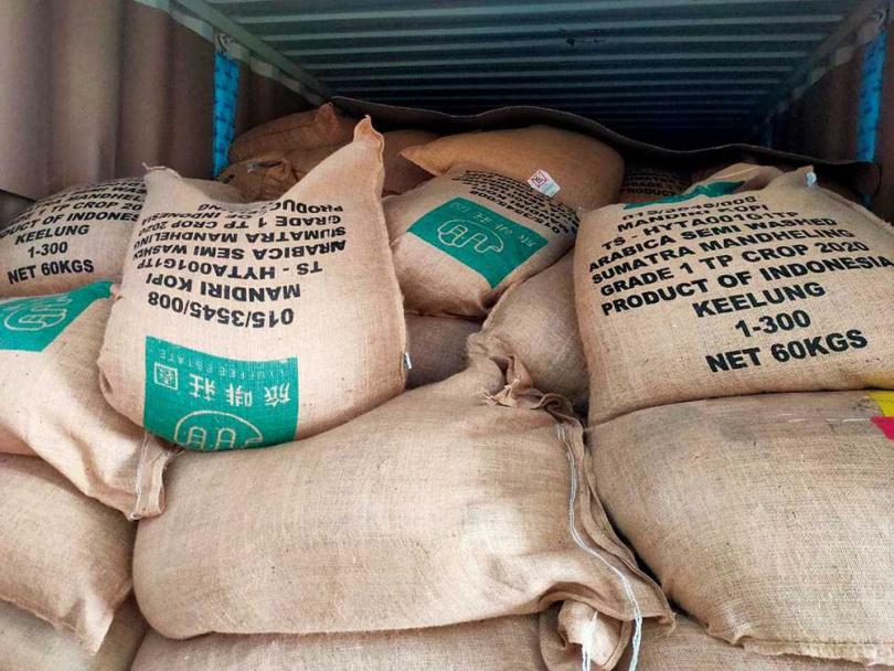 儘管被笑是「門外漢」,蔡家煌仍大手筆引進印尼亞齊省咖啡原豆,一次進口就是一貨櫃。(圖/旅啡莊園提供)