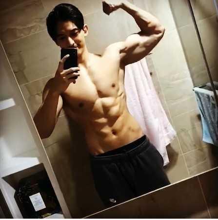 許維恩分享王家梁秀肌肉的影片。(圖/翻攝自臉書/許維恩)