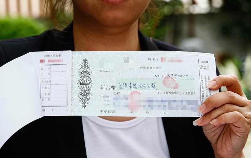 雖然漢堡店生意興隆,但陳韋強在外欠多筆債務,更簽下多張本票。(圖/本刊攝影組)