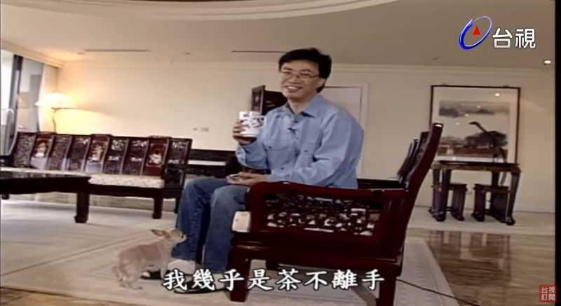 費玉清客廳裝潢古色古香。(圖/台視YouTube)