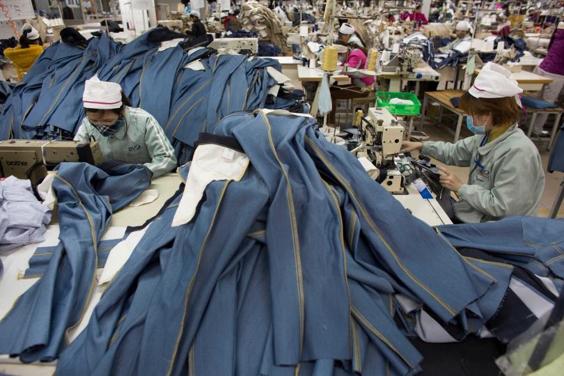 越南疫情風暴中心的南部地區,高達90%成衣產業的供應鏈已經破產。(圖/達志/美聯社)