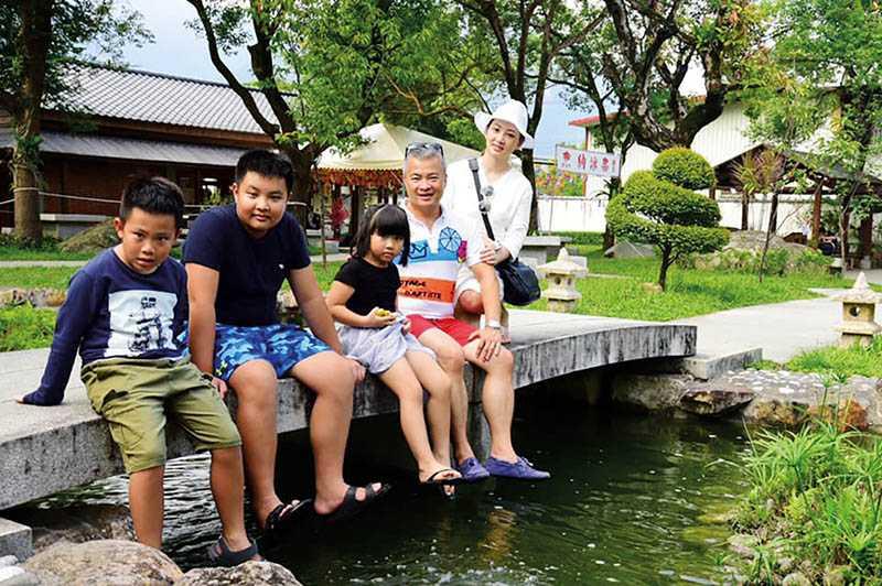 結婚13年,郁方和老公的感情依然十分融洽,一家五口生活滿是幸福。(翻攝自郁方臉書)