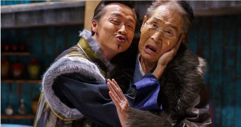 何豪傑(左)飾演石英的貼身祕書。(圖/民視提供)