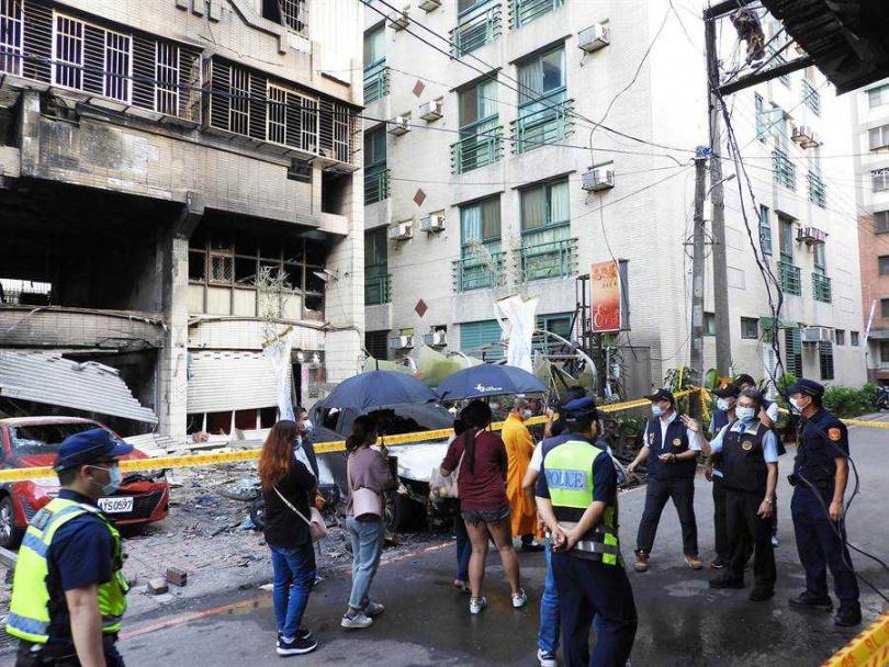 檢察官陳振義(右二)聽取警方報告後,仔細查看現場並走到氣爆屋後勘查。(圖/陳世宗攝)