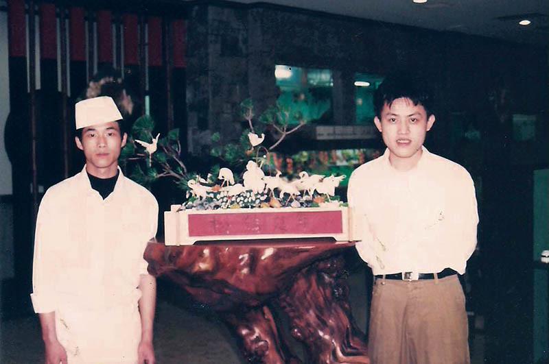 15歲進入日本料理店當學徒,李佳其體格雖瘦小,但努力精神不落人後。(圖/李佳其提供)