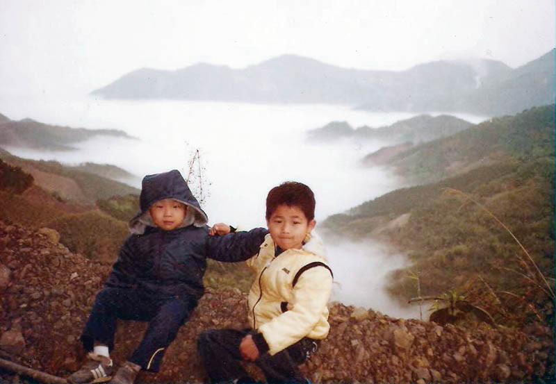 排行老三的李佳其,小時候就很乖巧,這張和弟弟的合照,是少數小時候的留影。(圖/李佳其提供)