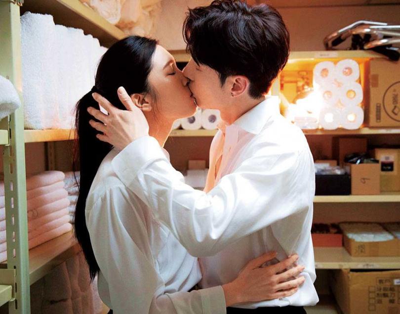 在新歌〈我們都傷〉MV中,陳勢安與劉奕兒上演激情吻戲。