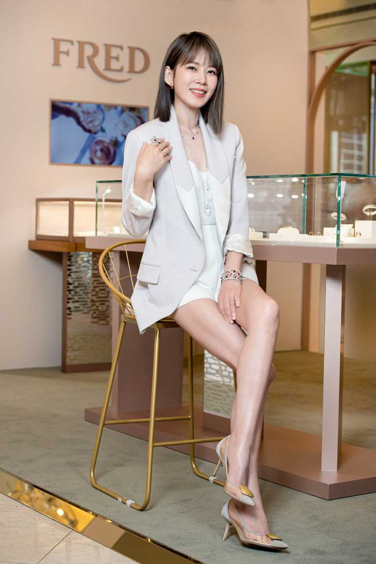Melody佩戴FRED「Pretty Woman」高級珠寶系列,為FRED微風廣場期間限定店優雅站台。(圖╱FRED提供)