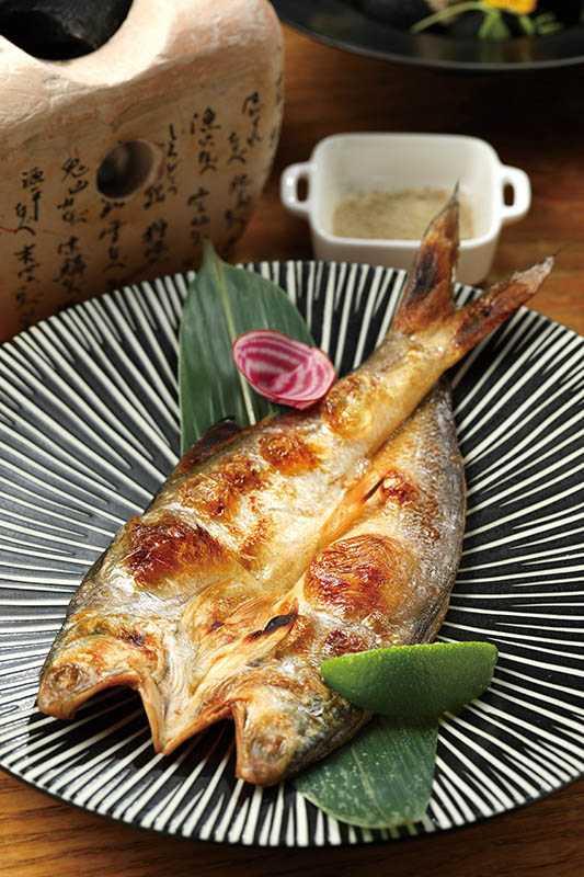 「自家手作午仔魚一夜干」醃漬後再風乾,簡單燒烤後,風味鹹香鮮美,令人回味再三。(360元)(圖/于魯光)