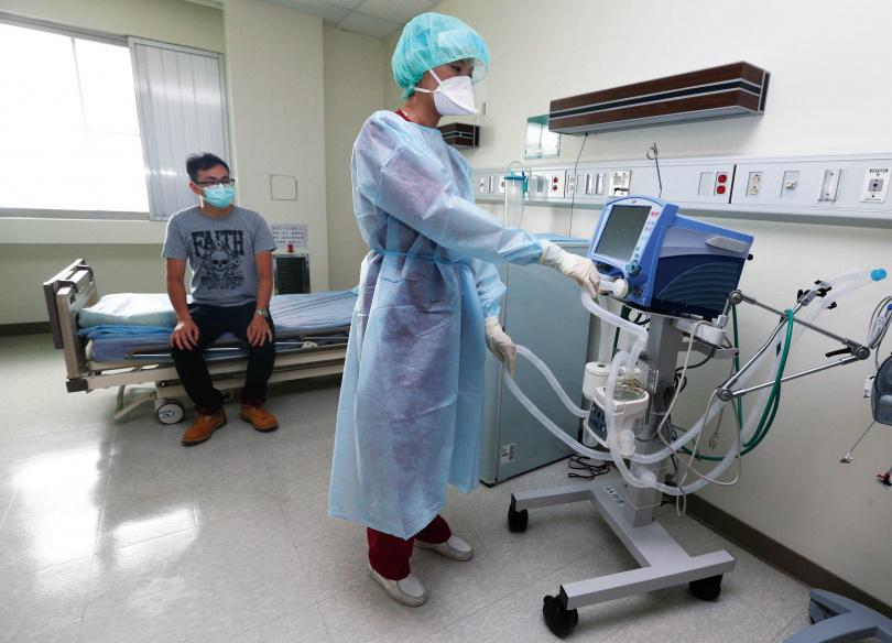 為避免病毒飛散空中,負壓隔離病房內禁止使用電風扇,而是採用特殊抽風系統維持空氣循環。(圖/報系資料庫)