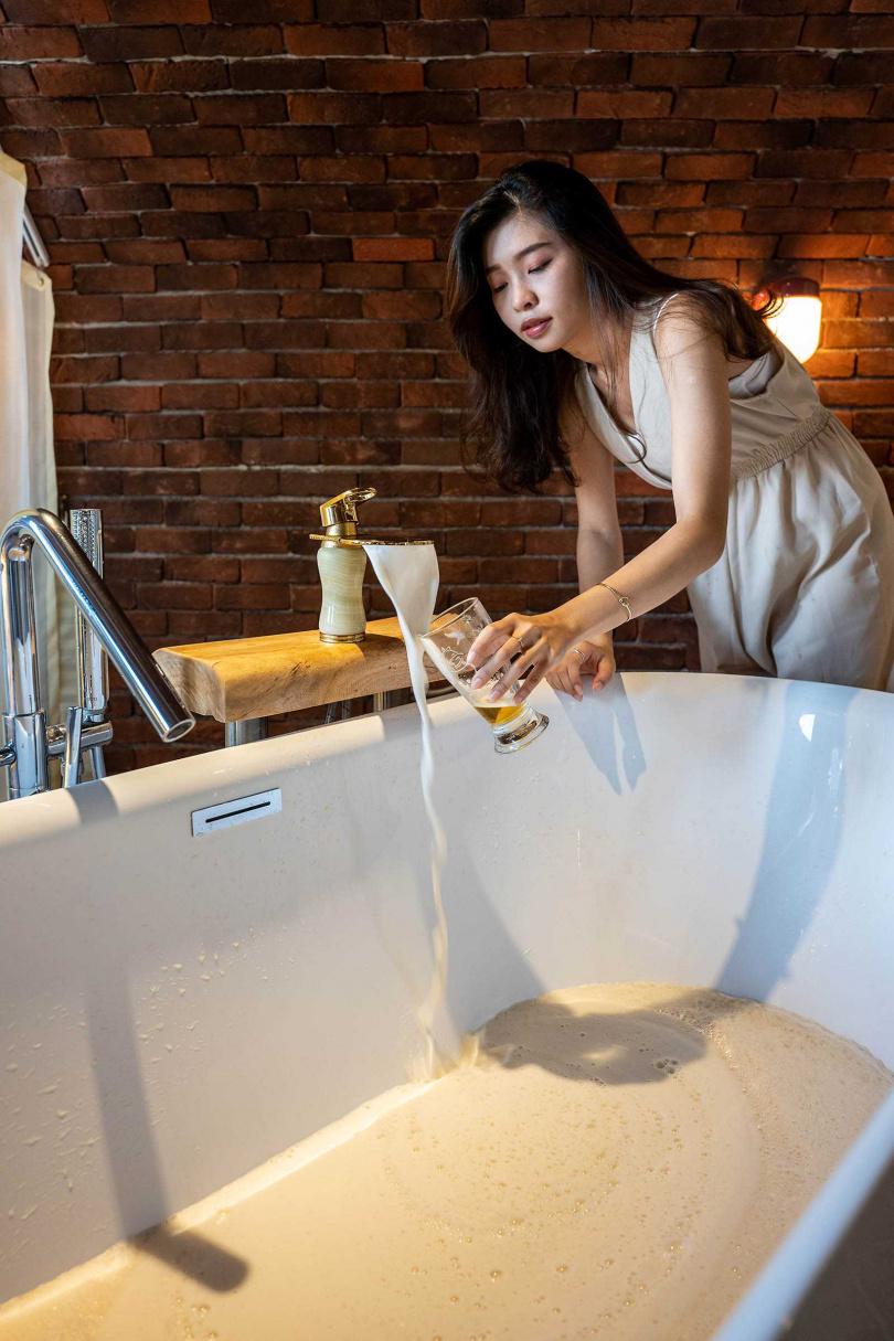 「台灣纖碧爾精釀啤酒廠」老闆從捷克引進「美容SPA啤酒浴」技術,稱泡了之後有養顏美容效果。(圖/焦正德攝)
