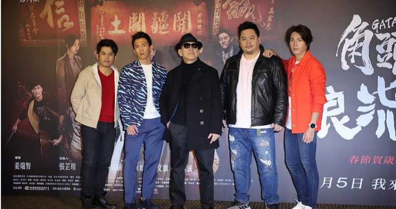 演員左起張再興、黃尚禾、高捷、吳震亞、唐振剛參與《角頭-浪流連》主預告發佈會。(圖/施岳呈提供)