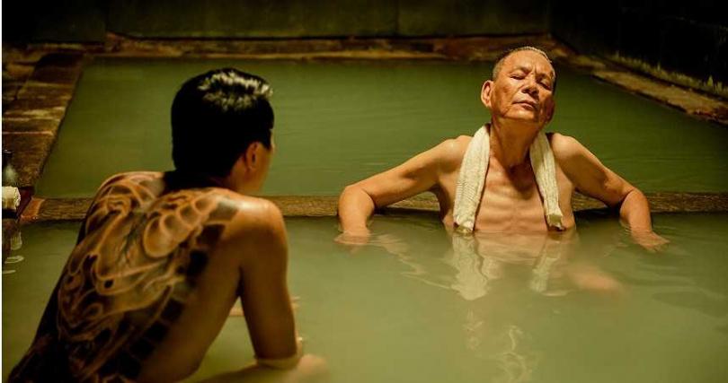 龍劭華透露電影《角頭—浪流連》中有全裸泡溫泉的養眼橋段。(圖/施岳呈提供)