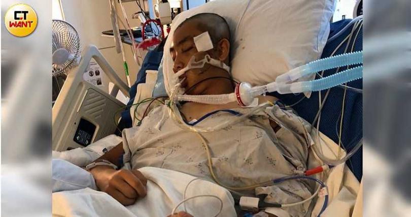 全身插滿維生設備的Austin,一度被醫生判定沒救了,但後來卻奇蹟存活。(圖/讀者提供)