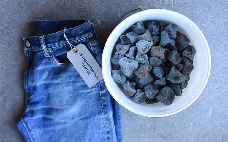 GU節水牛仔褲系列在加工製程中,採用可重複利用的生態石,大幅減少水洗次數及過程中可能產生的廢物。【圖/GU提供】