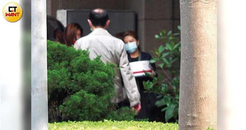 徐若瑄搭保母車返回住處,由工作人員替她提著蛋糕和粉絲送的生日禮物。(圖/本刊攝影組)