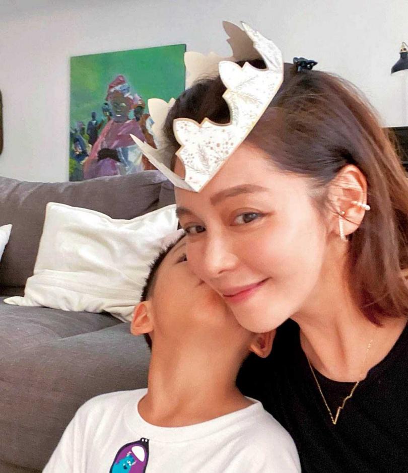 雖然事業心重,徐若瑄仍非常重視親子時光,常分享和兒子的甜蜜互動。(圖/翻攝自徐若瑄臉書)