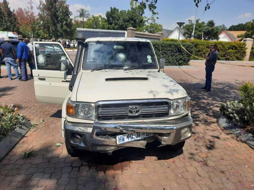 運鈔車與歹徒的車輛撞擊後,狀況慘不忍睹。(圖/翻攝自推特@GUNFRIENDLY_SA)