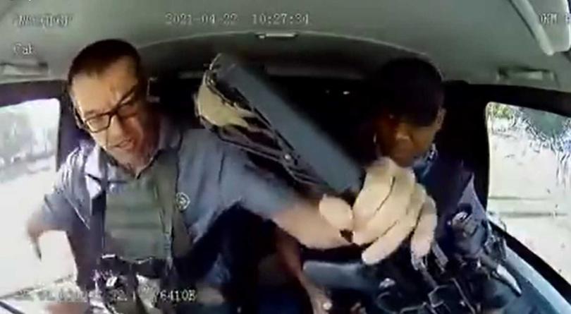 駕駛將車停好在路邊後,隨即拿起步槍下車反擊。(圖/翻攝自推特@GUNFRIENDLY_SA)