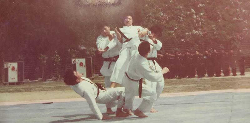 雖然瘦小但身手俐落,陳建璋過去是警校專五期六隊柔道表演隊的成員。(圖/陳建璋提供)