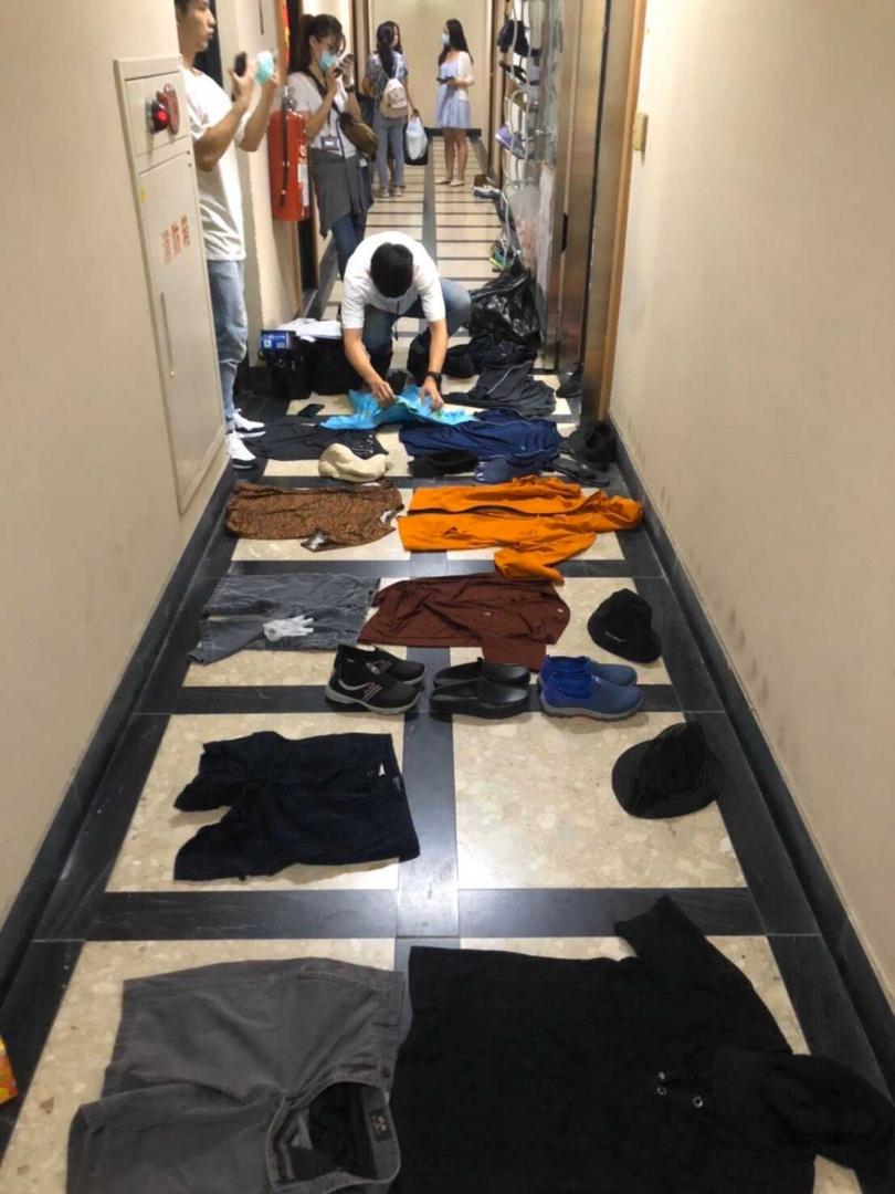 警方搜出20套作案衣服,全查扣帶回。(圖/翻攝畫面)