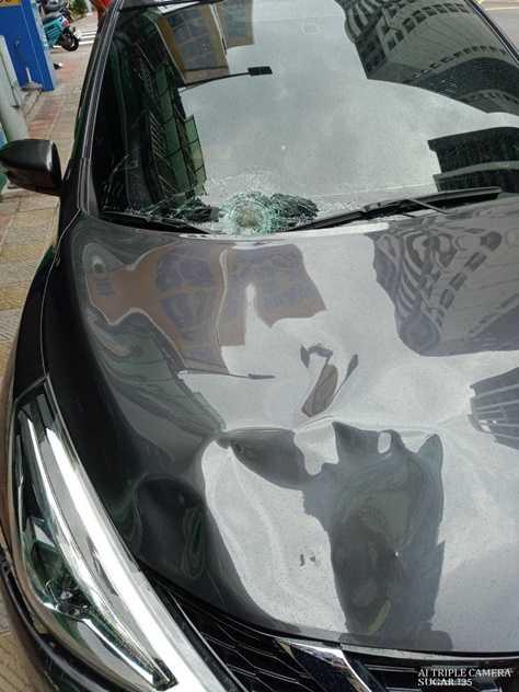 肇事駕駛車損嚴重,擋風玻璃也碎成蜘蛛網狀。(圖/翻攝畫面)