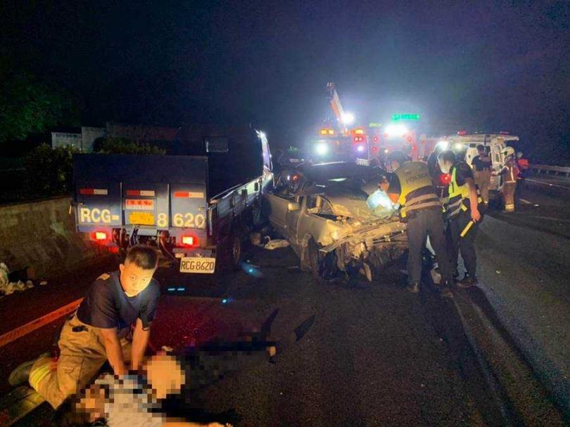 國道中山高新營段北上車道2日深夜發生一起車禍,轎車與小貨車碰撞,轎車上2名女子當場沒有生命跡象。(圖/讀者提供)