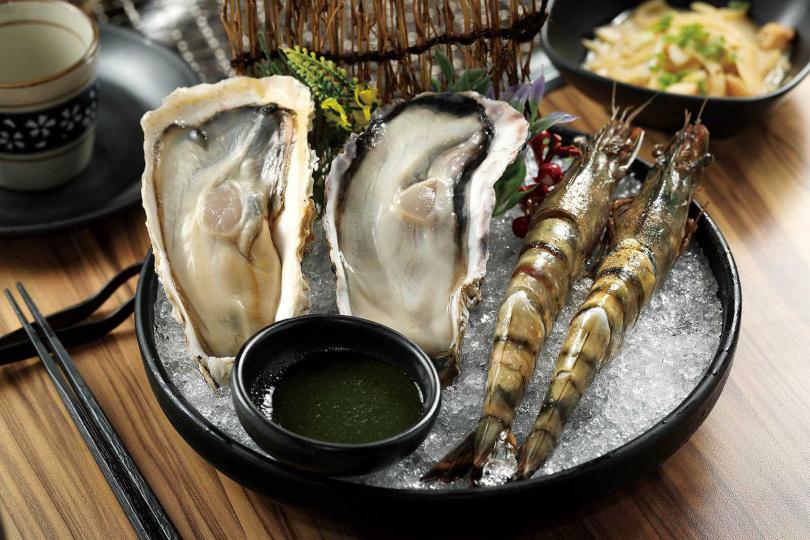 生吃等級的「烤廣島肥牡蠣」(左,210元),肥美飽滿;「海大蝦」(右,330元)嘗來Q彈有嚼勁。(圖/于魯光攝)