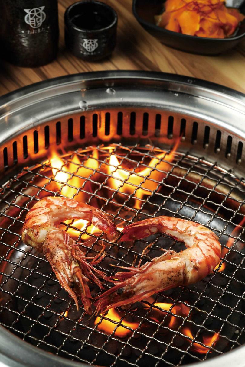 「海大蝦」上桌時,店員不僅貼心地將蝦殼剝除,有時還會擺成愛心形狀讓客人拍照。(330元)(圖/于魯光攝)