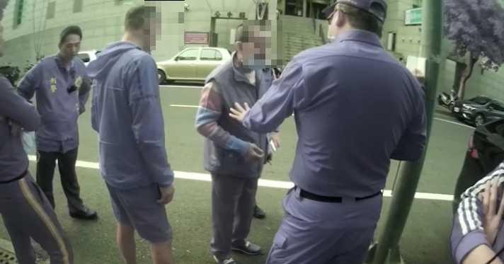兩派人馬從法院內打到法院外,警方趕赴現場,向在場男子規勸。(圖 /讀者提供)