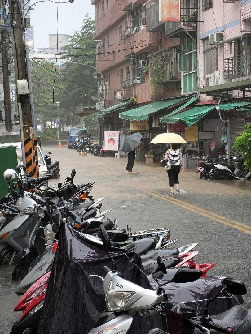 新店文中路與國校路都淹大水。(圖/翻攝自臉書社團)