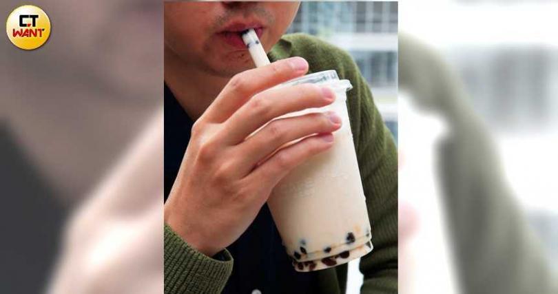 對於痛風族群增加且有年輕化趨勢,醫師推測攝取高果糖是其中關鍵因素,而手搖飲料是頭號元凶。(圖/黃耀徵攝)