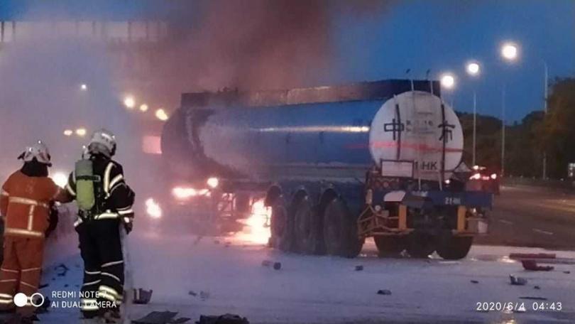 由於槽罐車是運送鹽酸車輛,警消不敢大意噴灑大量泡沫壓制。(圖/翻攝自國道公路警察局臉書)