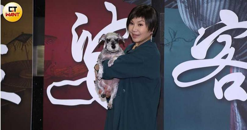 唐美雲首次為歌仔戲電視劇《孟婆客棧》擔任製作人,與歌仔戲團「團長」小酷一同出席殺青宴。(攝影/彭子桓)